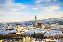 Cluj Napoca widok na pogodnym błękit chmury zimy dniu z St Michael kościół Zdjęcia Stock