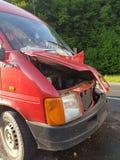 cluj, Rumunia, 02 2017 Kwiecień: samochód dostawczy z przodem uszkadzającym jako rezultat wypadek Frontowy zderzak, kapiszon, Zdjęcie Stock