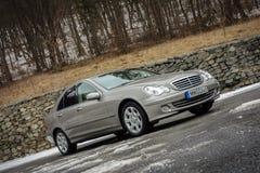 cluj Rumunia, Marzec, - 01,2018: Odosobniony Mercedes-Benz E pseudonim W203, złocisty kruszcowy colour, chrom ornamentuje błękit  Zdjęcia Royalty Free