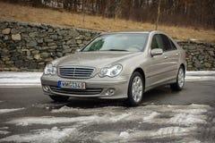 cluj Rumunia, Marzec, - 01,2018: Odosobniony Mercedes-Benz E pseudonim W203, złocisty kruszcowy colour, chrom ornamentuje błękit  Obraz Stock