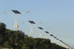 Células fotovoltaicas en las lámparas de calle Fotos de archivo libres de regalías
