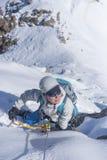 Clumb девушки вверх на льде стоковое фото rf