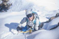 Clumb девушки вверх на льде стоковое изображение