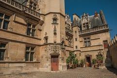 Cluny博物馆的哥特式门面,有中世纪艺术人工制品的富有的收藏的在巴黎 免版税库存照片