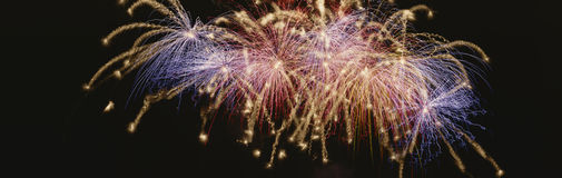 Cluster van vuurwerk het exploderen Stock Afbeeldingen