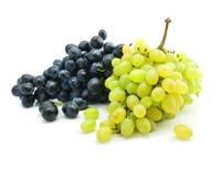 Clusters van blauwe en groene geïsoleerdee druif stock afbeeldingen