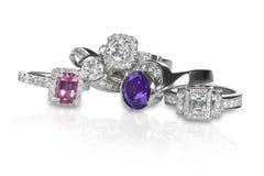 Clusterstapel ringen van diamanten bruiloftengagment stock foto's