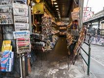 Cluttered stoisko z gazetami przy szczupaka miejsca Jawnym rynkiem, Seattle Zdjęcie Royalty Free