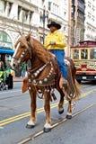 Clydesdale y su jinete en el desfile del St Patrick Imagen de archivo libre de regalías