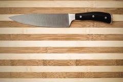20 cm-mes van de chef-kok op een bamboe scherpe raad Stock Foto's