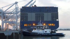 CMA CMG die BENJAMIN FRANKLIN voor vertrek van de Haven voorbereidingen treffen stock foto