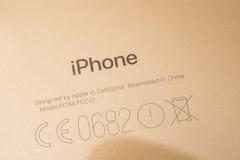Cámara dual más de IPhone 7 unboxing marca graved en el teléfono del oro Fotos de archivo libres de regalías