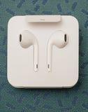 Cámara dual más de IPhone 7 unboxing nuevo Apple Earpods Airpods adentro Imagen de archivo libre de regalías