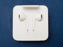 Cámara dual más de IPhone 7 unboxing nuevo Apple Earpods Airpods adentro Fotografía de archivo libre de regalías