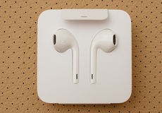 Cámara dual más de IPhone 7 unboxing nuevo Apple Earpods Airpods adentro Foto de archivo