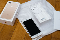 Cámara dual más de IPhone 7 unboxing nuevo Earpods por completo unboxing y Imagen de archivo
