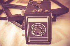 Cámara y fotografías del vintage Foto de archivo libre de regalías