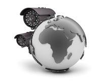 Cámaras de vigilancia y globo de la tierra en el fondo blanco Fotos de archivo