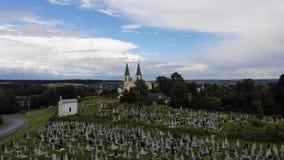 Cmentarz na wzgórzu blisko antycznej świątyni, widok z lotu ptaka zdjęcie wideo