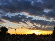 Cmentarz przy zmierzchem z ciepłymi promieniami leje się przez kolorowe chmury światło, Arizona, usa Zdjęcie Royalty Free