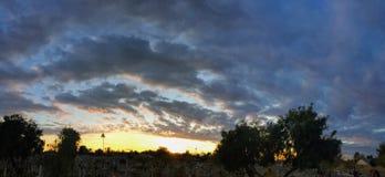 Cmentarz przy zmierzchem z ciepłymi promieniami leje się przez kolorowe chmury światło, Arizona, usa Fotografia Royalty Free