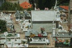 Cmentarz z kamiennymi ?cianami okr??a grobow?w i crypts fotografia stock