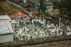 Cmentarz z kamiennymi ?cianami okr??a grobow?w i crypts zdjęcie royalty free