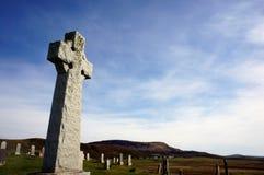 Cmentarza Celtycki krzyż wśród innych grób zdjęcie stock