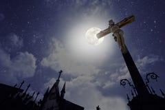 Cmentarza krzyż w księżyc w pełni nocy Obrazy Stock