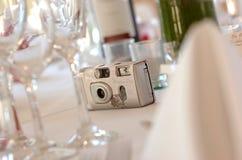 Câmera descartável na tabela do copo de água Imagens de Stock Royalty Free