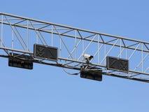 Câmera do Cctv e sinal de tráfego Fotografia de Stock Royalty Free
