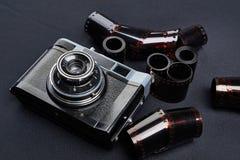 Câmera do rangefinder do vintage e rolos do filme negativo da cor Foto de Stock