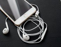 Câmera dupla positiva de IPhone 7 que unboxing iluminando o conector e e audio Fotografia de Stock Royalty Free