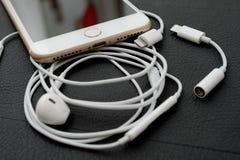Câmera dupla positiva de IPhone 7 que unboxing iluminando o conector e e audio Foto de Stock