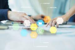 CMS Содержимые значки применений системы управления на виртуальном экране Дело, интернет и концепция технологии стоковая фотография rf