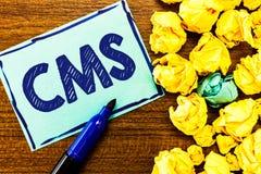 CMS des textes d'écriture de Word Concept d'affaires pour Manages la création et la réforme de l'application logiciel du contenu  illustration stock