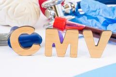 CMV skrót lub akronim w przedpolu, w laboratorium, naukowej lub medycznej praktyki znaczenia Cytomegalovirus z modelem br, Fotografia Stock