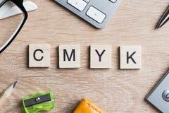 CMYK-Abkürzung von Blöcken als Fotografiekonzept auf Geschäftsarbeitsplatz Lizenzfreies Stockfoto