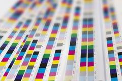 CMYK-färg på utskrivavna ark av papper Arkivbild