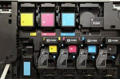CMYK-färgpulverkassetter för laser-efteraparemaskin arkivbild