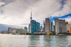 cn公寓房建筑前景风船地平线多伦多塔 免版税库存照片