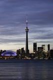 CN塔和体育场都市风景夜间视图 库存照片