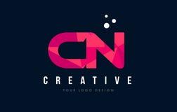 CN C N与紫色低多桃红色三角概念的信件商标 免版税库存图片