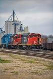 CN pociąg towarowy Przy Stratford, Ontario poręcza jardy zdjęcia royalty free
