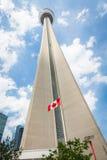 Cn-tornet i Toronto dominerar staden och klipper igenom royaltyfri foto