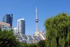 Cn-tornet och bostads- byggnader från Toronto musik arbeta i trädgården Arkivbild