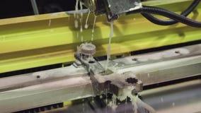 CNC喷水的切割机现代工业技术 金属切削机器用水 股票录像