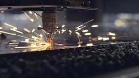CNC在一台车床的平板金属钢材料激光切口有节目的,现代工业技术 照亮 股票视频
