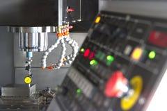 CNC机械中心由拨号盘测量仪的设置金属 库存照片