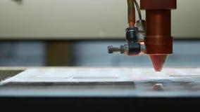 Cnc激光切割机在工作 丙烯酸酯的塑料切口 特写镜头 股票录像